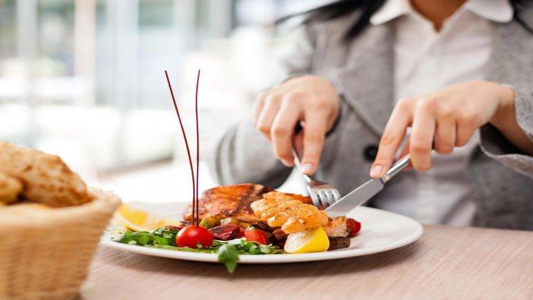 چگونه از مسمومیت غذایی در سفر جلوگیری کنیم