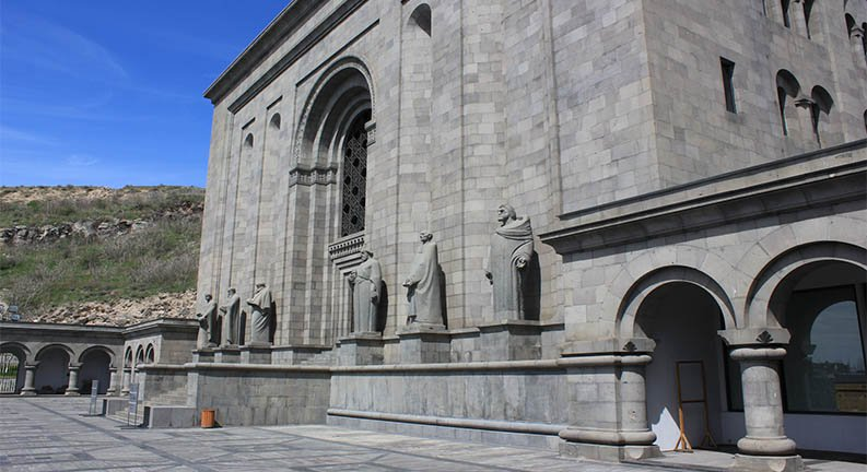 مجسمه های ورودی موزه ماتنداران